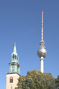 Der Fernsehturm und die Marienkirche in Berlin - Alexanderplatz